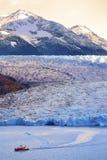 Faites de la navigation de plaisance la traînée en parc national gris de glacier torres del paine, Chili Photographie stock
