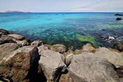 Faites de la navigation de plaisance le bateau de pilier de port de l'Espagne dans le bleu Photos libres de droits