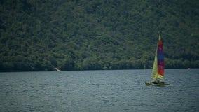 Faites de la navigation de plaisance une mer de fond à Arona l'Italie Août 2015 banque de vidéos