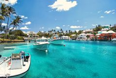 Faites de la navigation de plaisance les bateaux sur l'eau de mer bleue à Hamilton, Bermudes photos stock