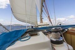 Faites de la navigation de plaisance pendant la régate incroyable en automne autour de la Grèce Images stock