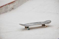 Faites de la planche à roulettes au skatepark prêt pour monter sur le fond concret gris photo libre de droits