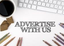 Faites de la publicité avec nous blanc de Web de bureau de bureau d'homme d'affaires de furetage Photographie stock