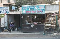 Faites des emplettes pour vendre des poulets et des coqs dans l'Inde images libres de droits