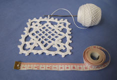 Faites du crochet l'échantillon pour la nappe ou la serviette avec le mètre Photo stock