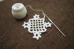 Faites du crochet l'échantillon pour la nappe ou la serviette avec le mètre Photos libres de droits
