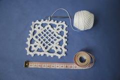 Faites du crochet l'échantillon pour la nappe ou la serviette avec le mètre Photos stock