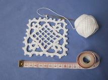 Faites du crochet l'échantillon pour la nappe ou la serviette avec le mètre Images libres de droits