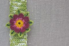 Faites du crochet la fleur de lotus sur le tissu de toile écologique naturel Éléments de vintage de crochet d'Irlandais Fils de c Images libres de droits