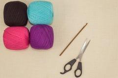 Faites du crochet les fils de coton avec le crochet de crochet sur le fond de toile Images stock