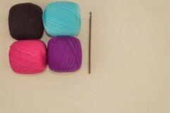 Faites du crochet les fils de coton avec le crochet de crochet sur le fond de toile Images libres de droits
