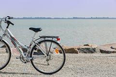 faites du vélo à l'arrêt par la mer sur un point de touristes pendant des vacances Image stock