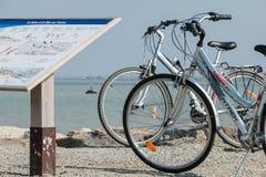 faites du vélo à l'arrêt par la mer sur un point de touristes pendant des vacances Photo libre de droits