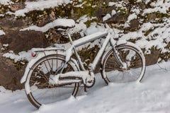 Faites du vélo au mur en pierre pendant l'hiver Photos stock