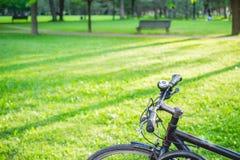 Faites du vélo en parc un jour ensoleillé Photos stock