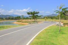 Faites du vélo la ruelle au parc de Singha, Mueang Chiang Rai District, Chiang Rai, Thaïlande du nord image stock