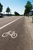 Faites du vélo la voie séparée du reste de la rue Photos stock