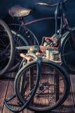 Faites du vélo le service de difficulté avec des roues, des outils, et la correction en caoutchouc photos libres de droits