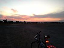 Faites du vélo le soir de faible luminosité a eu Yai, Thaïlande Images stock