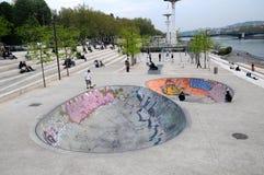 Faites du vélo les curseurs sur les côtés du fleuve de Rhône Photos libres de droits