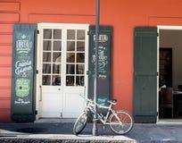 Faites du vélo sur le trottoir à la Nouvelle-Orléans, Louisiane dans le quartier français près de la rue de Bourbon photo stock