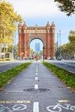 Faites du vélo le chemin Arc de Triomphe à Barcelone centrale, symbole d'eco Images libres de droits