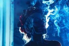 Faites face à l'art du crâne sur le visage de femme avec de la fumée Images stock