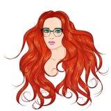Faites face à la fille rouge en verres avec de longs cheveux Photo stock