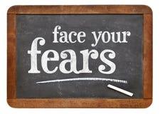 Faites face à votre conseil de craintes sur le tableau noir images libres de droits