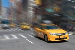 Faites face au fond mobile de tache floue de mouvement de taxi à New York City Image libre de droits