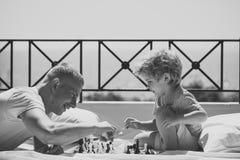 Faites face au petit garçon ou à l'enfant de mode en votre site Web Concept futé d'enfant en bas âge Parent les échecs de jeu ave Photos stock