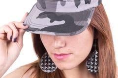 Faites face au plan rapproché de la jeune fille tenant le chapeau militaire Images stock