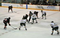 Faites face hors fonction dans le jeu de hockey sur glace Photographie stock