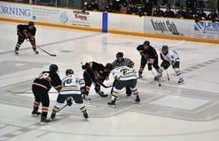 Faites face hors fonction dans le jeu de hockey sur glace Photo stock