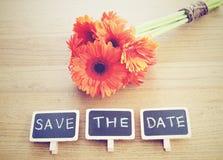 Faites gagner la date écrite sur le tableau noir avec la fleur Photographie stock libre de droits