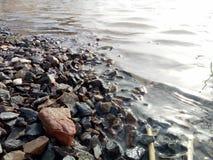 Faites l'érosion et l'écoulement n d'arrêt de roches de l'eau photographie stock libre de droits