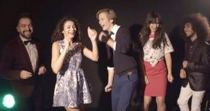 Faites la fête au club de disco, danse heureuse des jeunes banque de vidéos