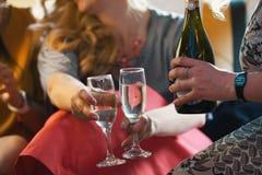 Faites la fête dans la limousine - filles heureuses célébrant, champagne de boissons de femmes - fin  images stock