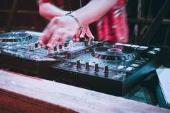 Faites la fête le bar d'événement de divertissement de musique de mélangeur de plaques tournantes du DJ images libres de droits