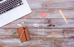Faites la fête les articles de costume pour les hommes, des femmes et l'amour, La plate de bureau Image stock