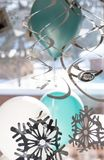 Faites la fête les ballons et les rubans accrochant dans la maison en hiver photographie stock libre de droits