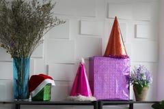 Faites la fête les chapeaux et toute autre substance sur le fond blanc de mur Noël C photo stock