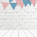 Faites la fête les drapeaux accrochant sur le CCB blanc de mur de briques et en bois de perspective Images stock