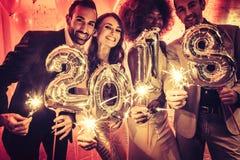 Faites la fête les femmes et les hommes de personnes célébrant la veille de nouvelles années 2018 Photos libres de droits