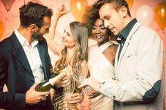 Faites la fête les personnes dans un club célébrant le champagn de versement de nouvelle année Photo libre de droits