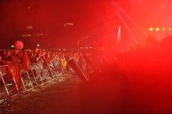 Faites la fête les personnes en cercle d'or à un concert Images libres de droits