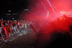 Faites la fête les personnes en cercle d'or à un concert Photos stock