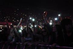 Faites la fête les personnes en cercle d'or à un concert Photos libres de droits