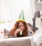 Faites la fête pour une fille très mignonne dirigée par rouge Photographie stock