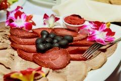 Faites la fête la table de dîner, célébrant avec des amis de famille servis à la maison ou dans un restaurant Photo libre de droits